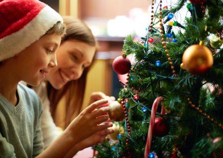 Familien pynter juletræ sammen - juleaften -jul
