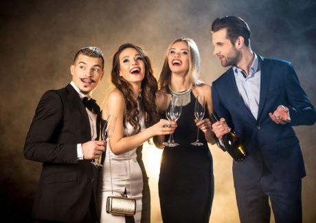 Kvinder i cocktailkjoler og mænd i jakkesæt og smoking - fest