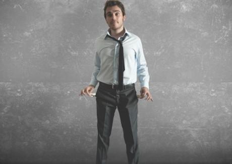 Mand med tomme lommer - han har ingen penge - og må låne