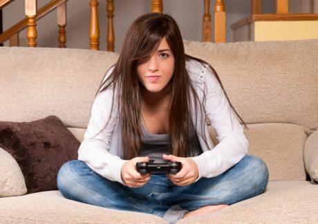 pige-i-sofa-spiller-computerspil